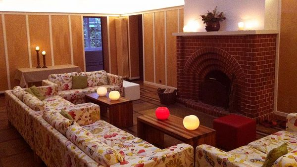 Haus Schnede – Halle/Lobby mit Kaminecke