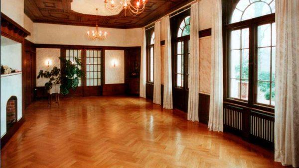 Großer Saal. Bestuhlt für Festessen und Seminare oder mit Teppich und Sitzkissen für Kurse